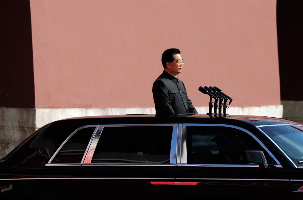 11. Председатель КНР Ху Цзиньтао проезжает мимо солдат перед началом парада на площади Тяньаньмэнь в Пекине в честь 60-летия КНР 1 октября 2009 года. (REUTERS/Joe Chan)