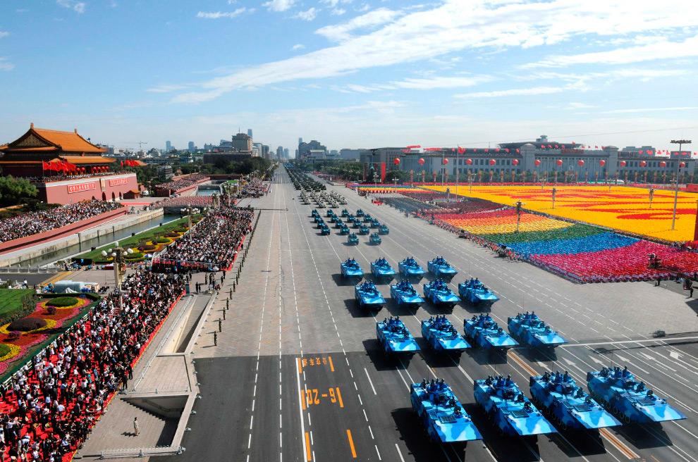 13. Танки едут по улице на параде в честь 60-летия КНР в центре Пекина 1 октября 2009 года. (REUTERS/Xinhua/Xie Huanchi)