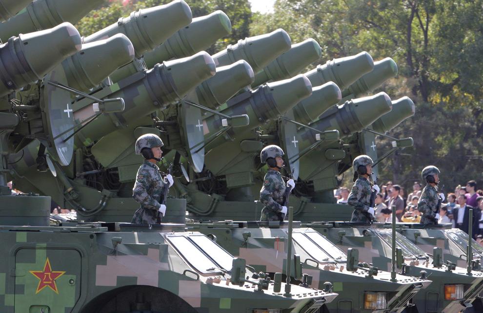 14. Солдаты народно-освободительной армии едут в танках во время парада в честь 60-летия КНР на площади Тяньаньмэнь в Пекине, Китай, в четверг 1 октября 2009 года. (AP Photo/Vincent Thian)