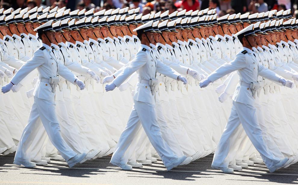 15. Моряки народно-освободительной армии маршируют на площади Тяньаньмэнь во время празднования 60-летия КНР 1 октября 2009 года в Пекине. (Feng Li/Getty Images)