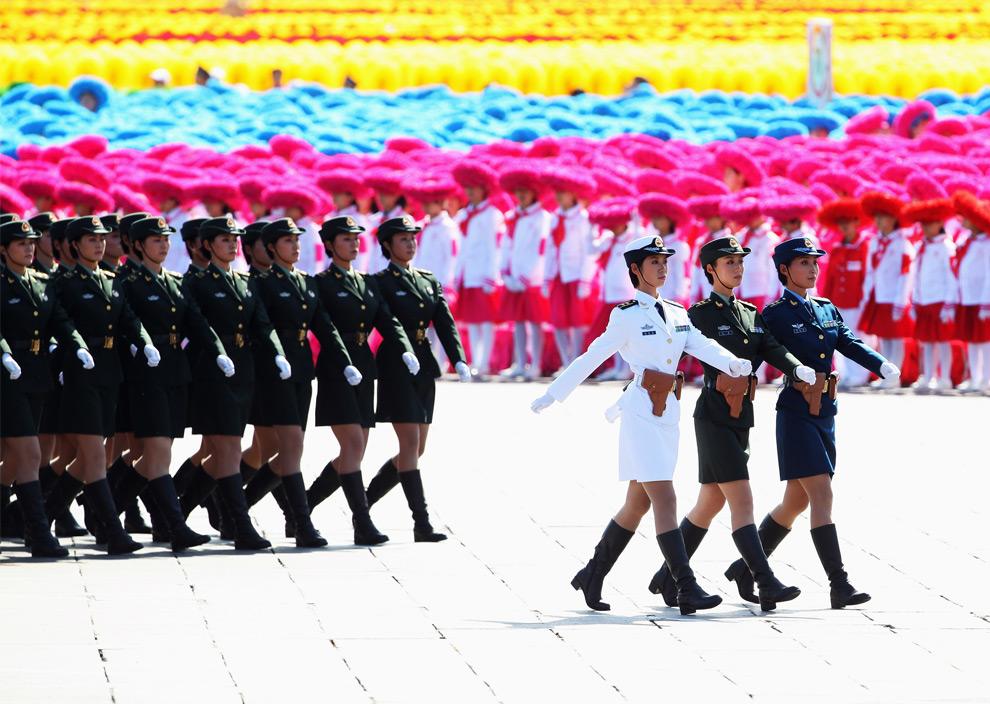 16. Военные народно-освободительной армии маршируют на площади Тяньаньмэнь во время празднования 60-летия КНР 1 октября 2009 года в Пекине. (Feng Li/Getty Images)