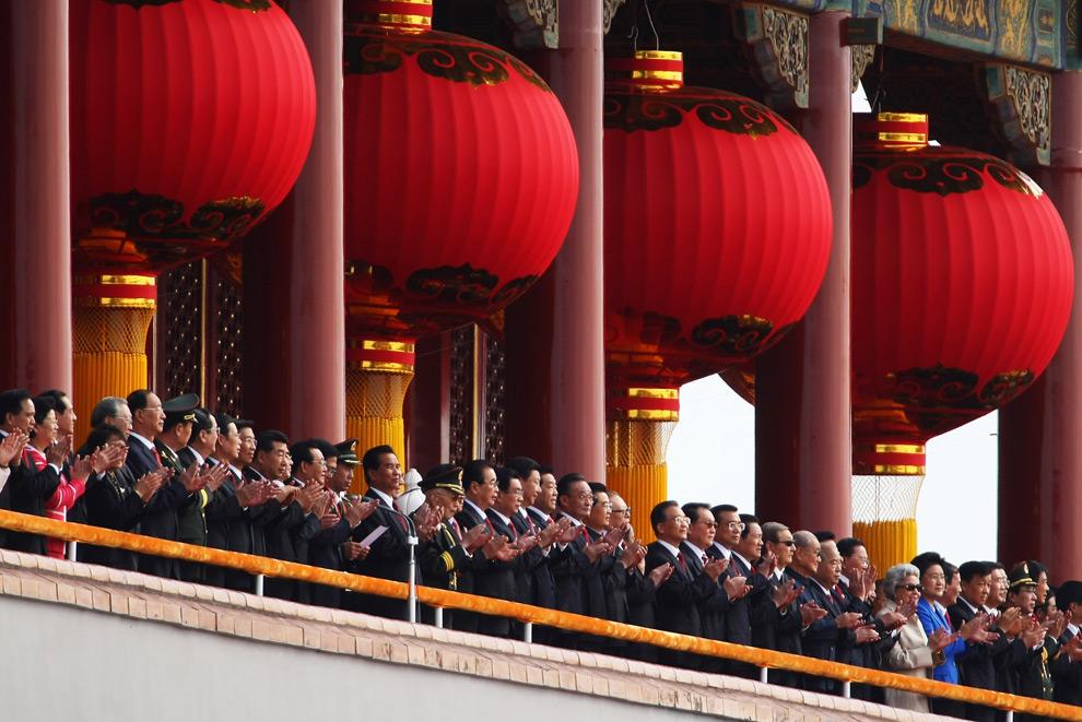 19. Председатель КНР Ху Цзиньтао (в центре) и другие лидеры страны смотрят парад в честь 60-летия основания КНР 1 октября 2009 года в Пекине. (Feng Li/Getty Images)