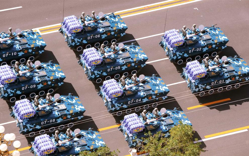 26. Бронетехника народно-освободительной армии едет по площади Тяньаньмэнь на параде в честь 60-летия Китая в Пекине 1 октября 2009 года. (STR/AFP/Getty Images)