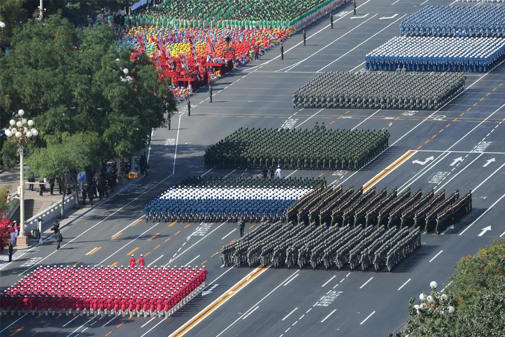 31. Военные китайской армии маршируют по площади Тяньаньмэнь на параде в честь национального праздника в Пекине 1 октября 2009 года. (STR/AFP/Getty Images)