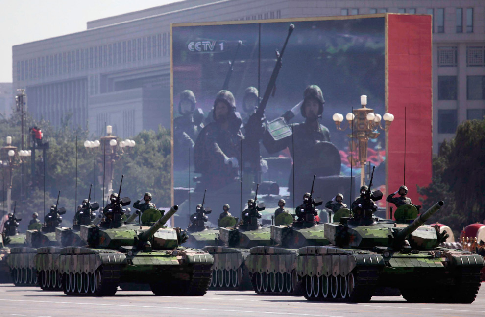 32. Танки народно-освободительной армии проезжают по площади Тяньаньмэнь во время грандиозного парада в честь 60-летия основания КНР в Пекине 1 октября 2009 года. (REUTERS/Nir Elias)