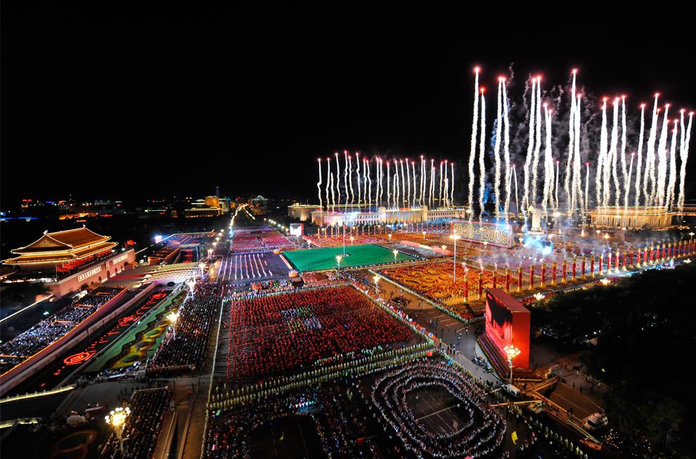 36. Салют над площадью Тяньаньмэнь на вечернем представлении в честь 60-летия КНР в Пекине 1 октября 2009 года. (REUTERS/Xinhua/Huang Jingwen)
