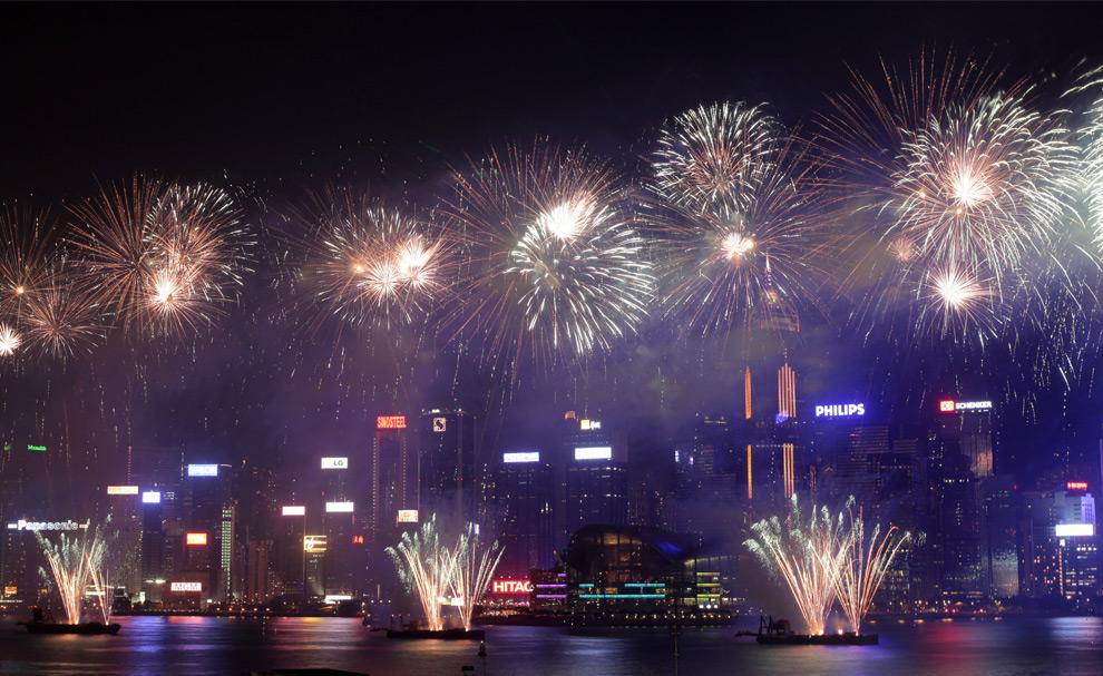 37. Салют освещает аэропорт «Виктория Харбор» в день 60-летия основания КНР в Гонконге 1 октября 2009 года. Огромная толпа собралась на набережной Гонконга, чтобы отметить 60-летие основания КНР. (ED Jones/AFP/Getty Images)