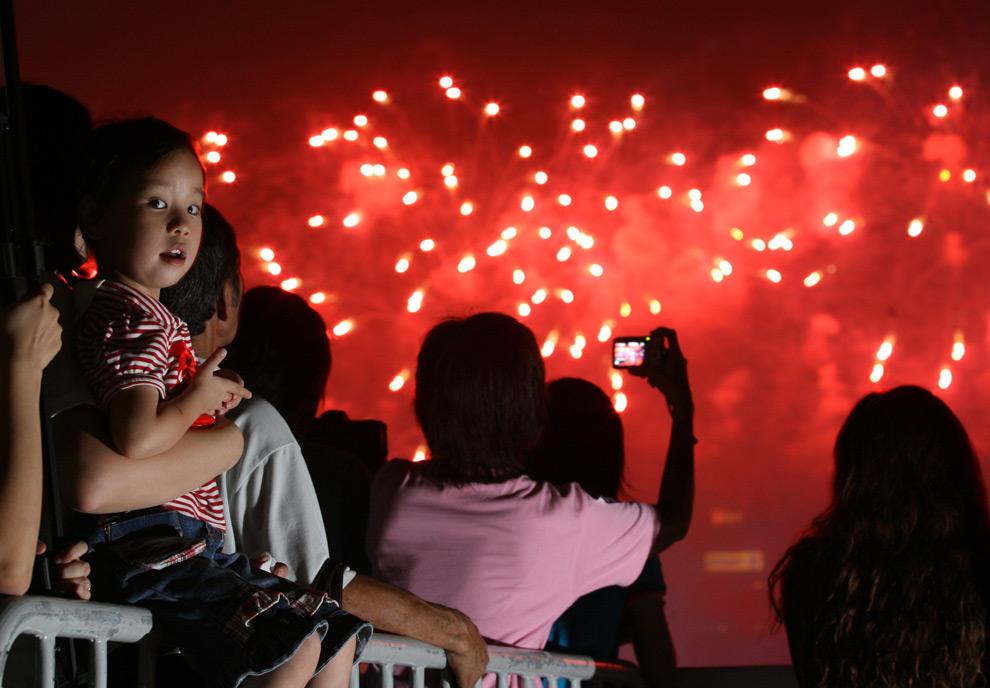 39. Ребенок смотрит на салют у аэропорта «Виктория Харбор» в честь главного праздника Китая – 60-летия КНР – 1 октября 2009 года в Гонконге. (ED Jones/AFP/Getty Images)