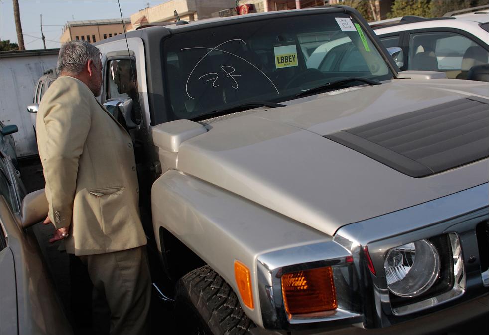 5) Житель Ирака рассматривает спортивный  внедорожник Hummer в автосалоне в Багдаде. (Getty Images/Chris Hondros)