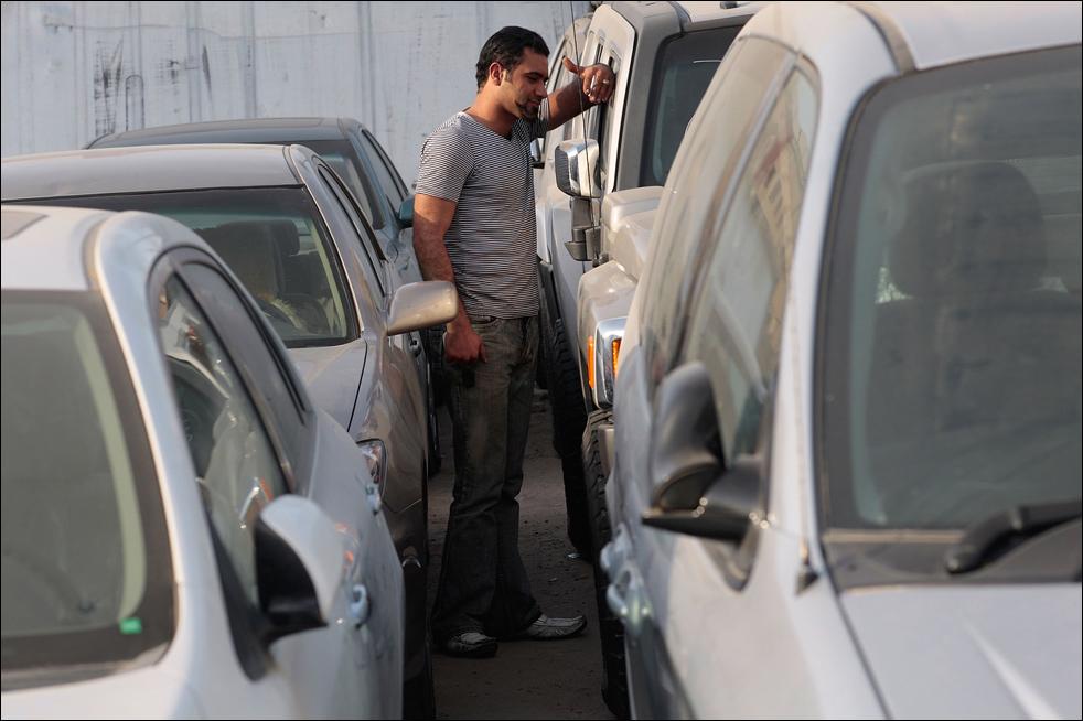 6) Молодой человек стоит среди спортивных автомобилей в багдадском автосалоне. (Getty Images/Chris Hondros)