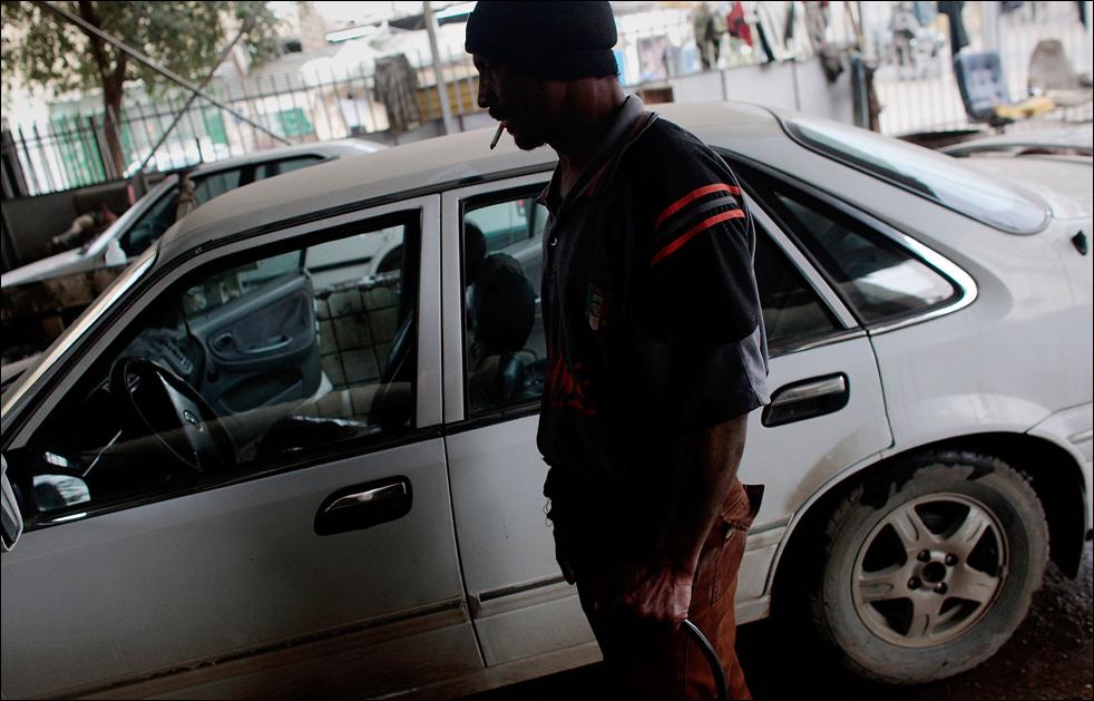 9) Иракец готовится мыть машину на багдадской автомойке. Знаком улучшения безопасности в Ираке в прошлом году стал тот факт, что впервые за последние несколько лет улицы страны наводнили сотни тысяч новых автомобилей. (Getty Images/Chris Hondros)