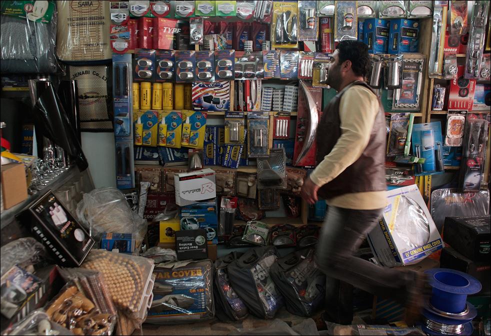 10) Продавец автомобильных запчастей и аксессуаров в своем магазине в Багдаде, Ирак. (Getty Images/Chris Hondros)