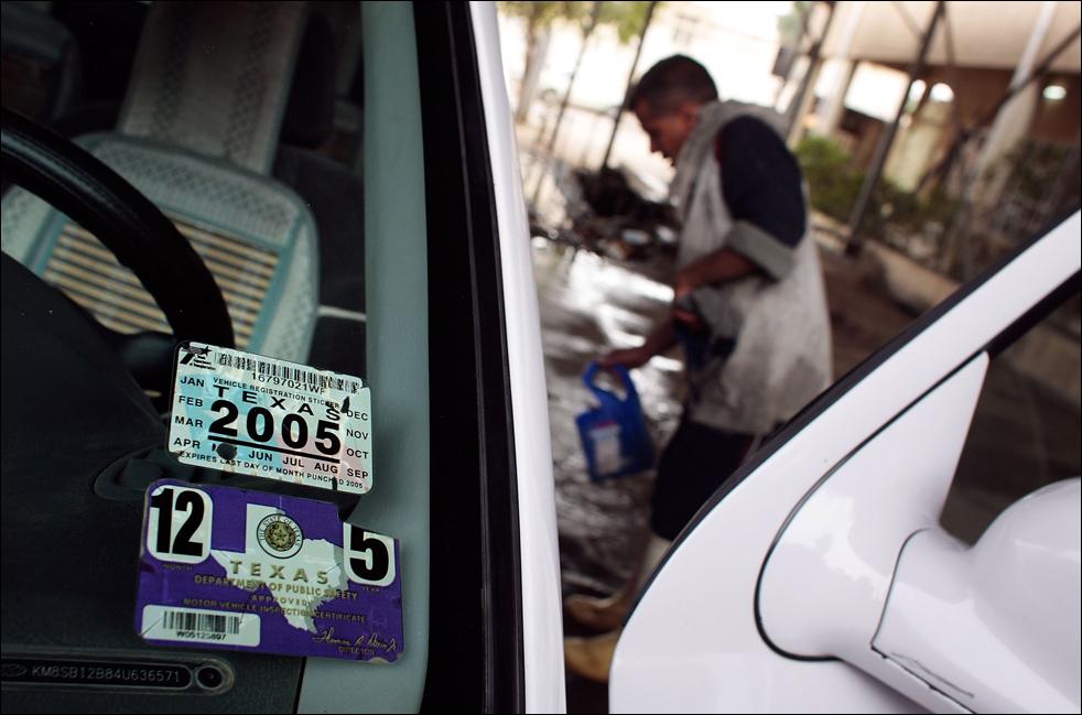 14) Работник багдадской автомойки моет внедорожник, который раньше был зарегистрирован в Техасе. (Getty Images/Chris Hondros)