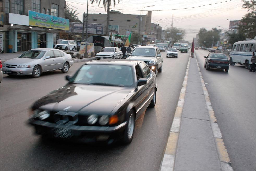 15) Автомобили BMW и других марок едут по одной из багдадских улиц. (Getty Images/Chris Hondros)