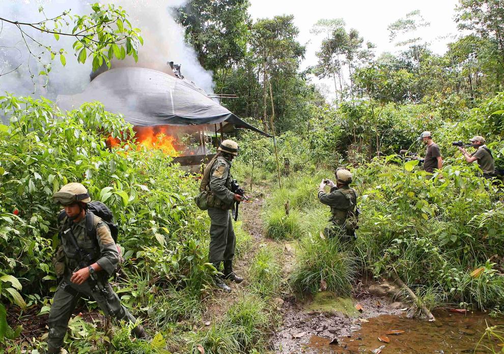 3. Полицейские отдела по борьбе с наркотиками уничтожают лабораторию кокаина в Ллоренте, Колумбия, в среду 29 июля 2009 года. В штате Нарино было уничтожено четыре подобных лаборатории. (AP Photo)