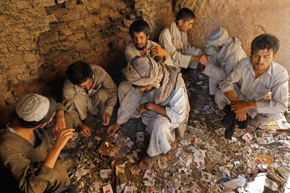 6. Афганские наркоманы курят героин и кристаллический метамфетамин в руинах старого города Герат 18 августа 2009 года. (BEHROUZ MEHRI/AFP/Getty Images)