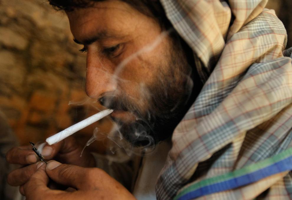 7. Наркоман курит метамфетамин в развалинах старого города Герат 18 августа 2009 года. (BEHROUZ MEHRI/AFP/Getty Images)
