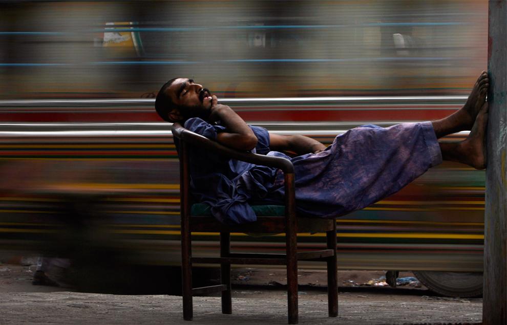 11. Наркоман спит на стуле на автобусной остановке в Карачи, Пакистан, 28 июля 2009 года. В 2007 году Пакистан находится на втором месте (после Ирана) по количеству наркоманов-героинщиков, сообщает Управление ООН по борьбе с наркоманией и преступностью. (REUTERS/Akhtar Soomro)