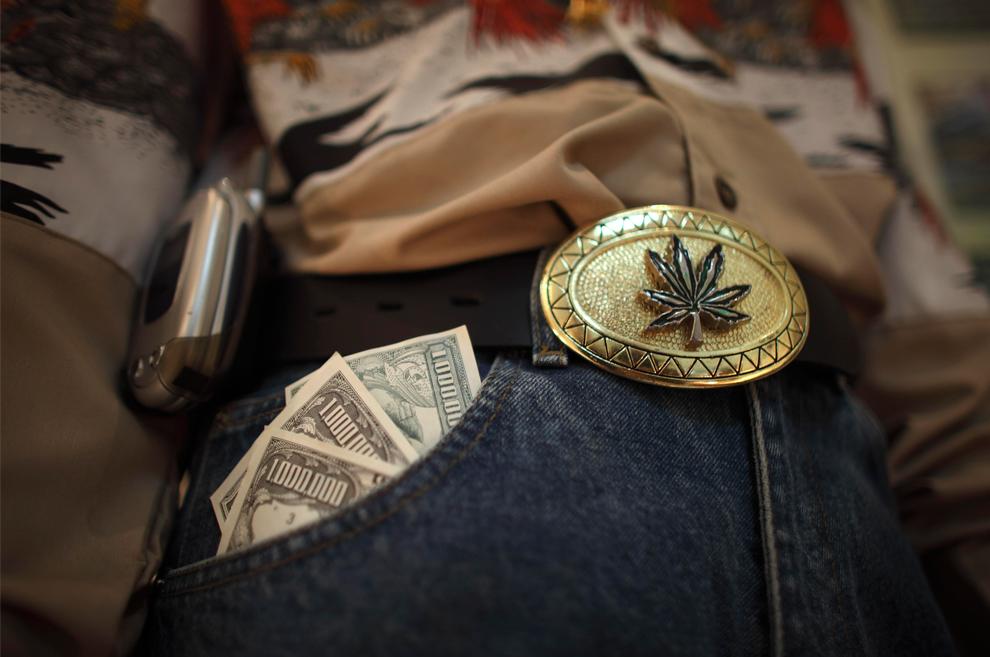 12. Манекен в костюме типичного наркодельца выставлен в музее наркотиков в штабе Министерства обороны в Мехико во вторник 6 августа 2009 года. Музей используется мексиканской армией, чтобы обучить солдат тому, как живут и действуют наркодельцы. (AP Photo/Dario Lopez-Mills)