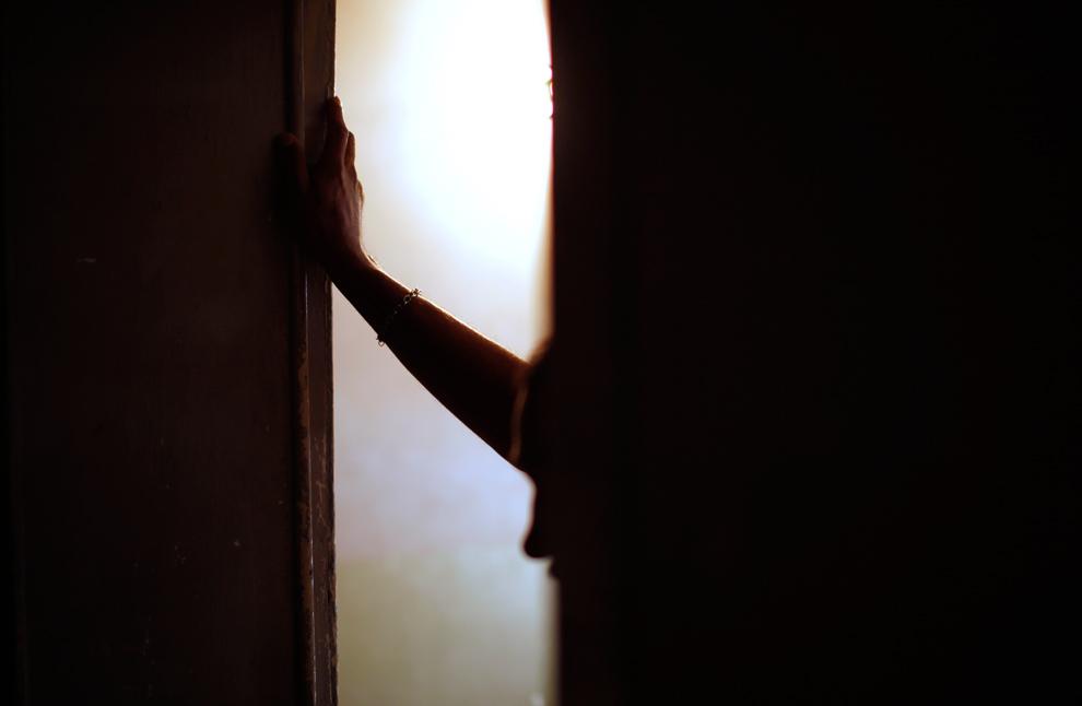 33. Наркоман на лечении стоит в проеме двери реабилитационного центра в Сьюдад-Хуаресе, Мексика, в четверг 10 сентября 2009 года. Процветающая в Мексике торговля наркотиками стала причиной увеличения числа наркоманов, особенно в пограничных городах, где господствуют гангстерские банды. За последние несколько лет десятки реабилитационных центров для наркоманов открыли свои двери, но после того, как на прошлой неделе в один из таких центров в Сьюдад-Хуаресе ворвались вооруженные люди, власти подозревают, что наркодельцы могут использовать клиники в качестве тренировочных центров. (AP Photo/Guillermo Arias)