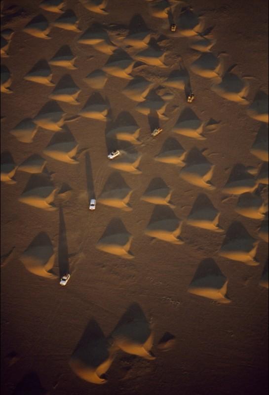 5) Грузовики, проносящиеся через песчаные дюны в пустыне Аль-Ар-Руб-Хали, известной также как Пустая четверть мира, на Аравийском полуострове. (George Steinmetz)
