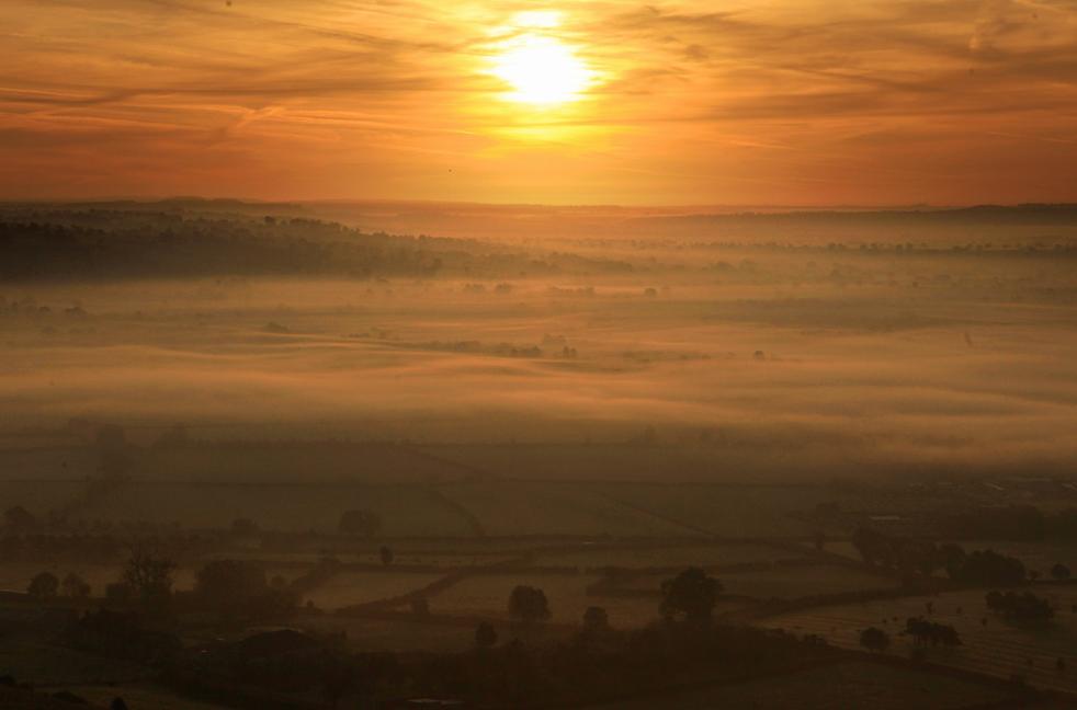 4. Солнце начинает подниматься над Сомерсет Левелс 13 октября недалеко от Гластонбери, Англия. (Getty Images / Matt Cardy)