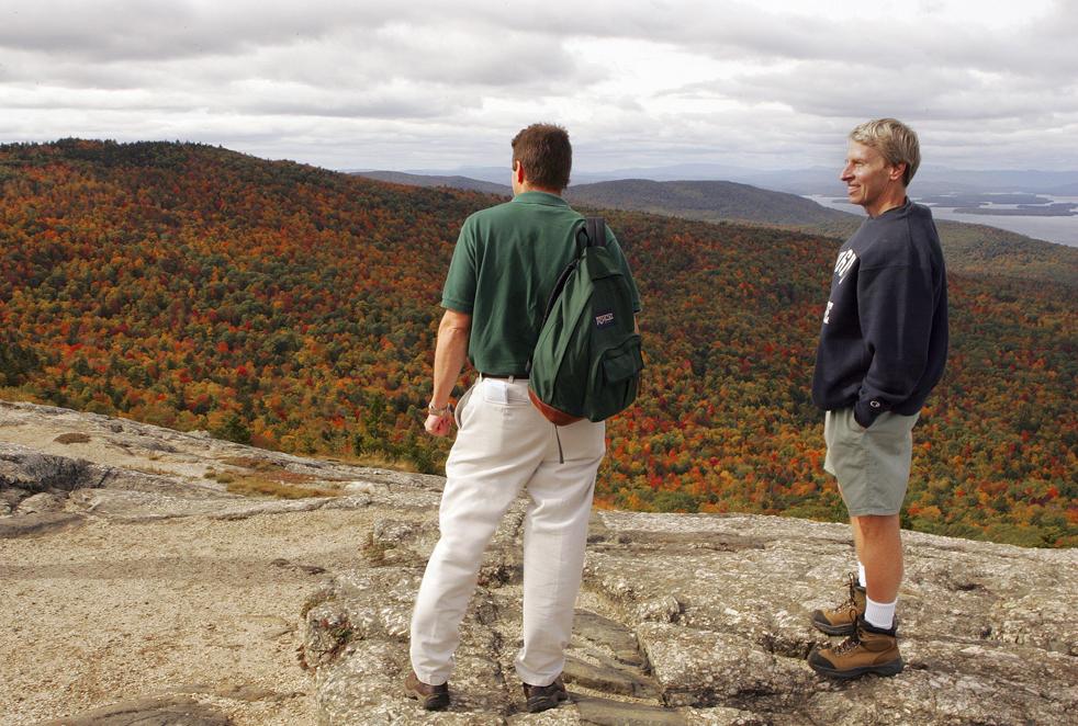 17. Губернатор Линч (справа) разговаривает с Брэдом Симпкинсом из Управления лесов на вершине горы Майор в Алтоне, штат Нью-Хэмпшир, в четверг 8 октября. Губернатор был на выходном в День открытия Америки. (AP / Jim Cole)