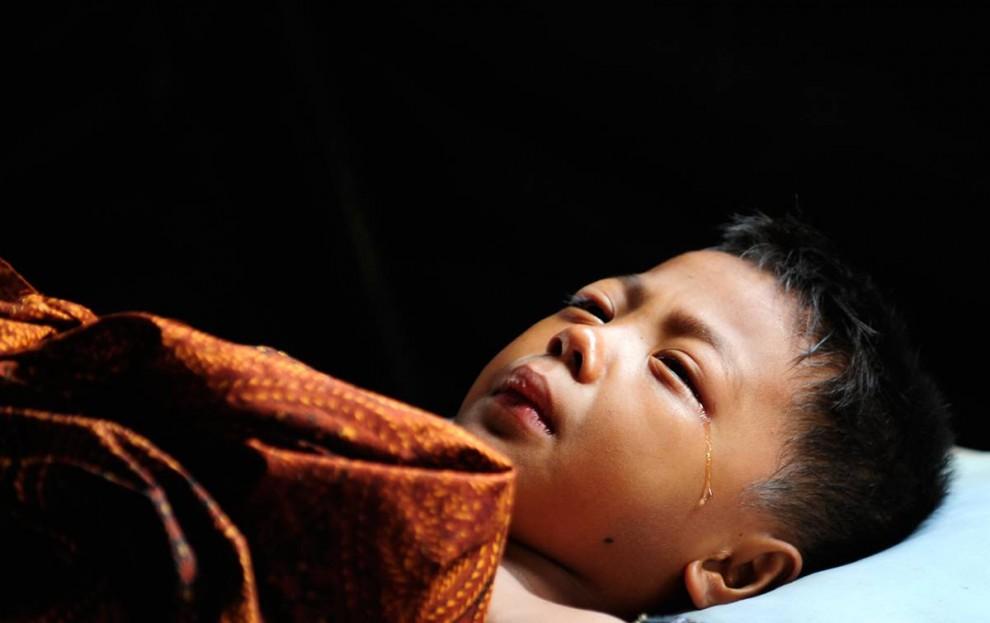 2) Мальчик плачет в палатке установленной рядом с больницей М Джамил в Паданге, Индонезия. Больница была частично разрушена после землетрясения. (Dylan Martinez/Reuters)