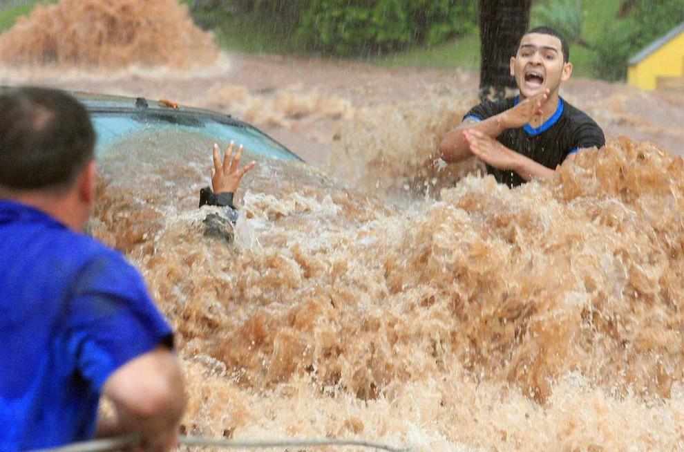 8) Автомобилисты во время наводнения, причиной которых стали сильные дожди. Снимок сделан в Сан-Жозе-ду-Риу-Прету, Бразилия. (Sidnei Costa/Agencia Bom Dia via EPA)