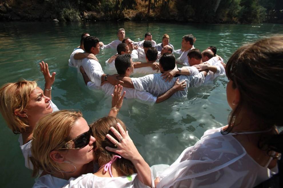 5) Бразильские христиане-евангелисты собрались на массовое крещение в реке Иордан на севере Израиля. Сотни верующих из северной Бразилии погрузились в библейскую реку во время своего паломничества на Святую Землю. (David Silverman/Getty Images)
