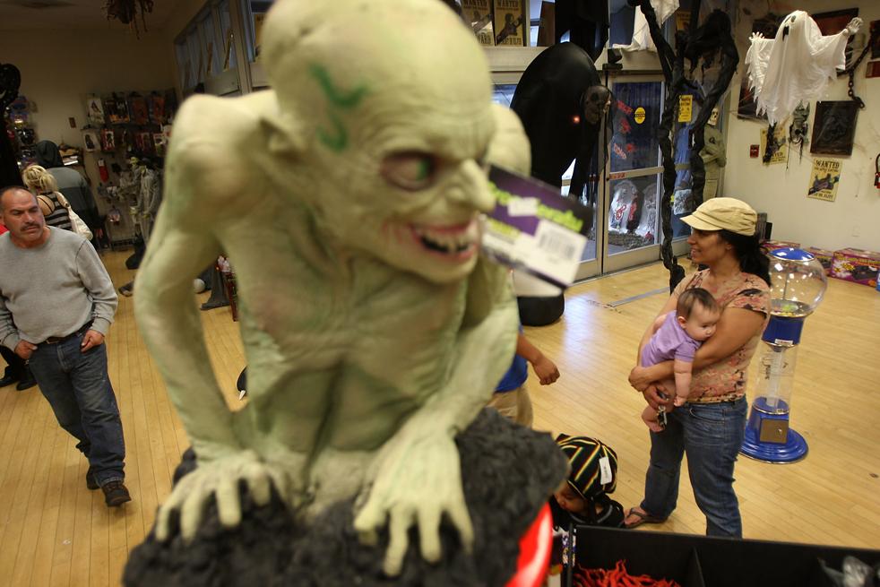 2. В магазине «Halloween Adventure», который находится в бывшем отделении магазина электроники «Circuit City», продаются костюмы, бутафория и аксессуары для Хэллоуина 21 октября в Бурбанке, штат Калифорния. (Getty Images / David McNew)