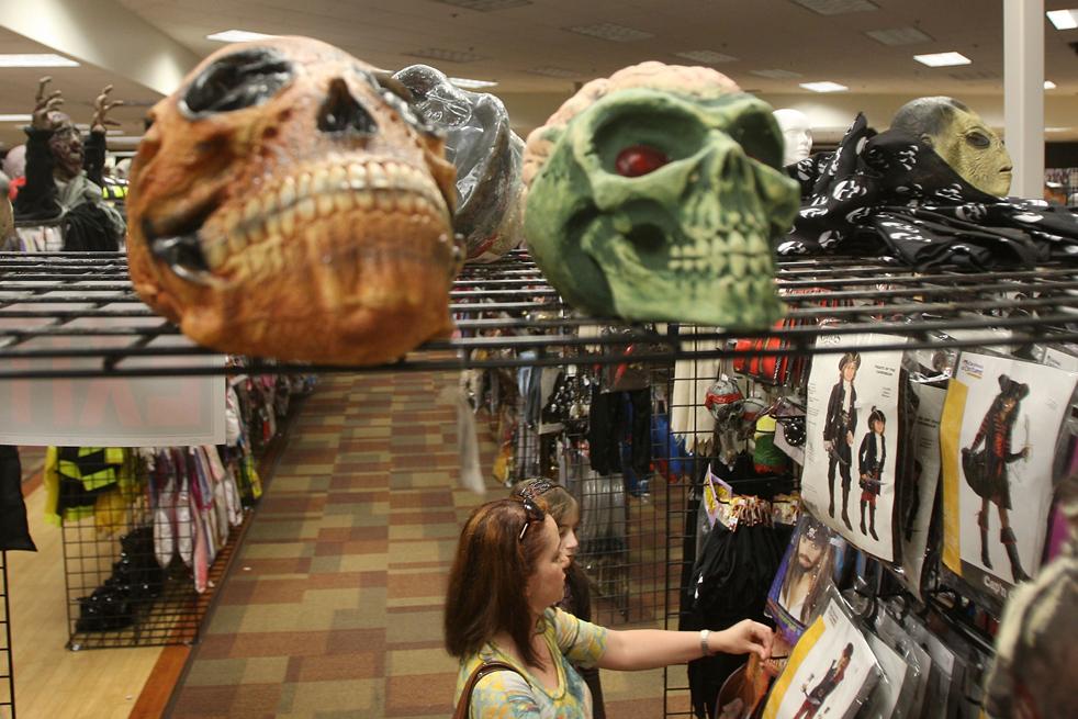 3. В магазине «Halloween Adventure», который находится в бывшем отделении магазина электроники «Circuit City», продаются костюмы, бутафория и аксессуары для Хэллоуина 21 октября в Бурбанке, штат Калифорния. Ожидаемые затраты покупателей в этом году составляют 56,31 долларов по сравнению с 66,54 долларами в прошлом году. (Getty Images / David McNew)