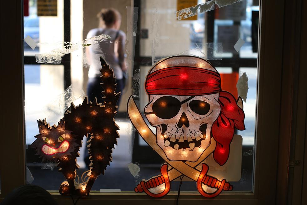 4. В магазине «Halloween Adventure», который находится в бывшем отделении магазина электроники «Circuit City», продаются костюмы, бутафория и аксессуары для Хэллоуина 21 октября в Бурбанке, штат Калифорния. (Getty Images / David McNew)