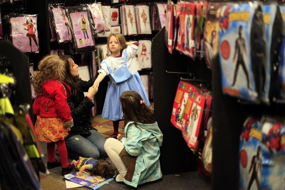 5. Семья примеряет костюмы на Хэллоуин в магазине «Дух Хэллоуина» 13 октября в Нью-Йорке. Владельцы магазинов, посвященных Хэллоуину, воспользовались массовыми банкротствами крупных магазинов и открыли в этом году временные магазинчики в торговых центрах. Это еще больше заставило осторожных покупателей экономить в этой 3,8-миллиардной индустрии, которая заметно разрослась за последние 10 лет. (AP / Mary Altaffer)