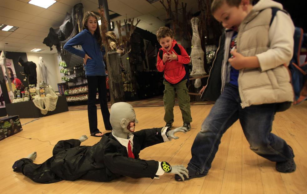 6. Дети играют с хэллоуинским манекеном в магазине «Дух Хэллоуина» 13 октября в Нью-Йорке. (AP / Mary Altaffer)