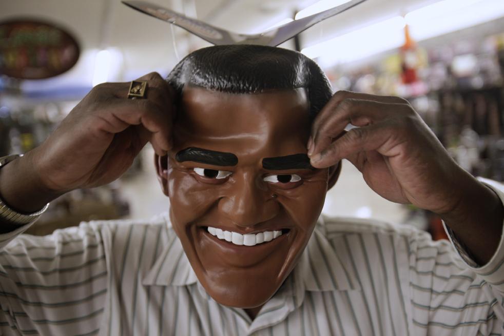 7. Джим Бэнкс примеряет маску Барака Обамы, выбирая костюм на Хэллоуин в магазине «Дух Хэллоуина» в Санта Клара, штат Калифорния, 29 октября. (AP / Marcio Jose Sanchez)