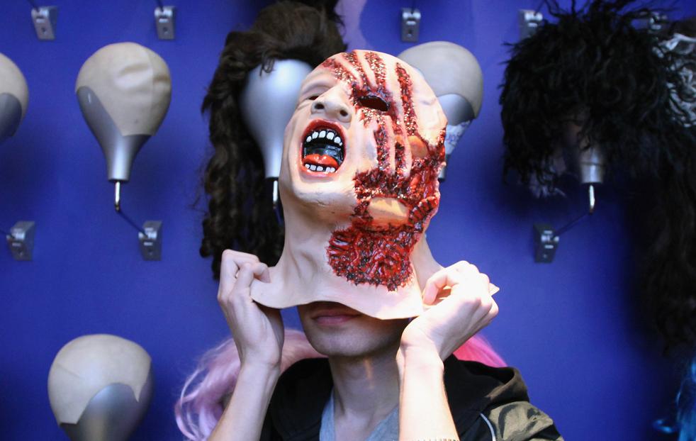 8. Покупатель примеряет маску в магазине «Angels Costumiers» 29 октября в Лондоне. В знаменитом на весь мир магазине костюмов народ толпиться всю неделю, пока идет подготовка к предстоящему Хэллоуину. (Getty Images / Dan Kitwood)
