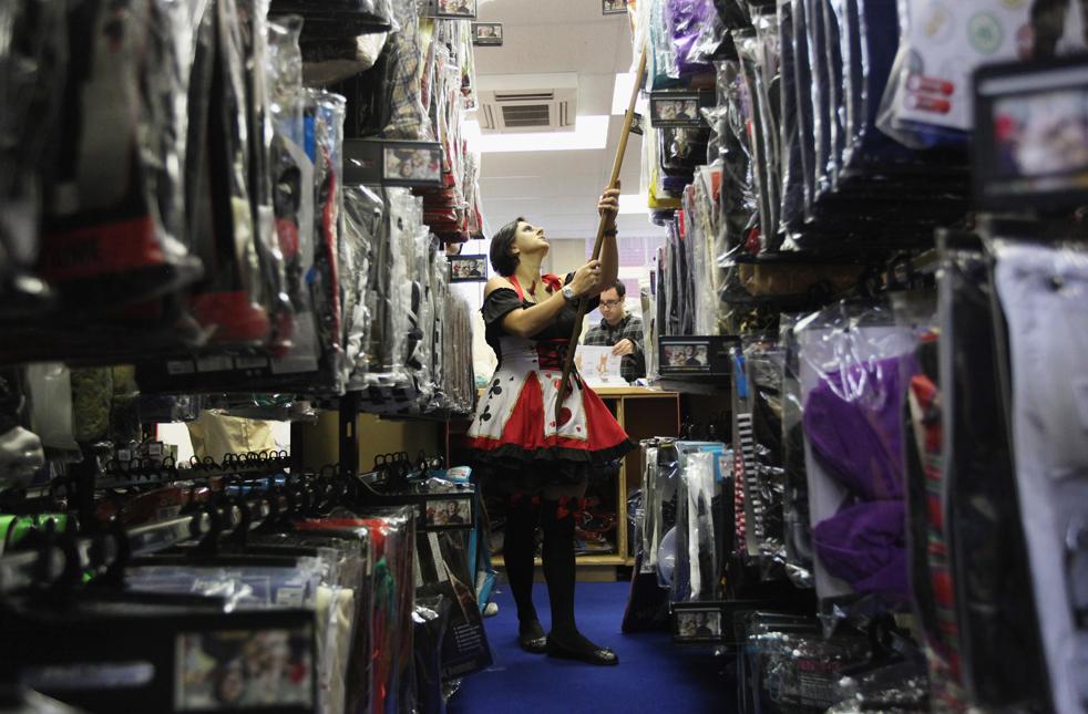 9. Работница магазина «Angels Costumiers» ищет на складе костюм для клиента 29 октября в Лондоне. (Getty Images / Dan Kitwood)