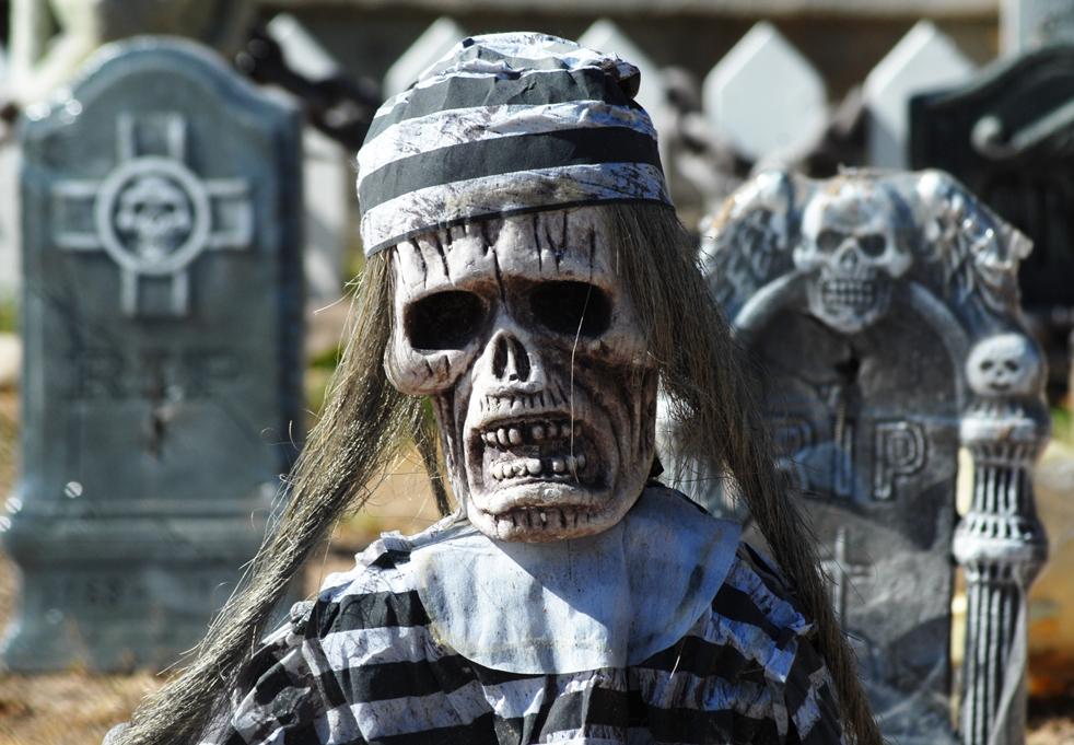 10. Хэллоуинские гоблины, призраки и другая нечисть ждет посетителей на жутком «кладбище» в Розвелле, Нью-Мексико, 30 октября. (Roswell Daily Record / Mark Wilson)