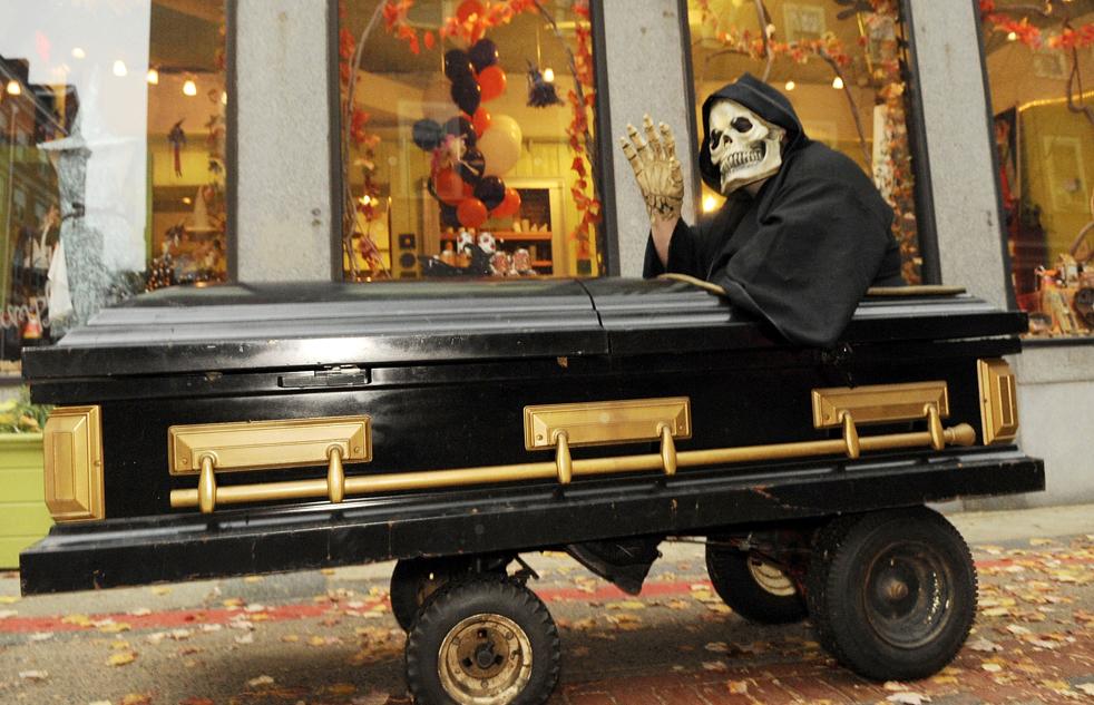 11. Фрэнк Мэйджор из Чикопи, штат Массачусетс, в костюме Смерти едет в гробу на колесиках 27 октября в Салеме, штат Массачусетс. (AP / Lisa Poole)