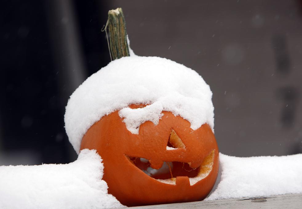 18. Снег лежит на тыкве, вырезанной для Хэллоуина, у дома в Денвере. Ранний осенний снегопад принес с собой до 5 сантиметров снега в некоторых западных регионах США 29 октября. (AP / David Zalubowski)