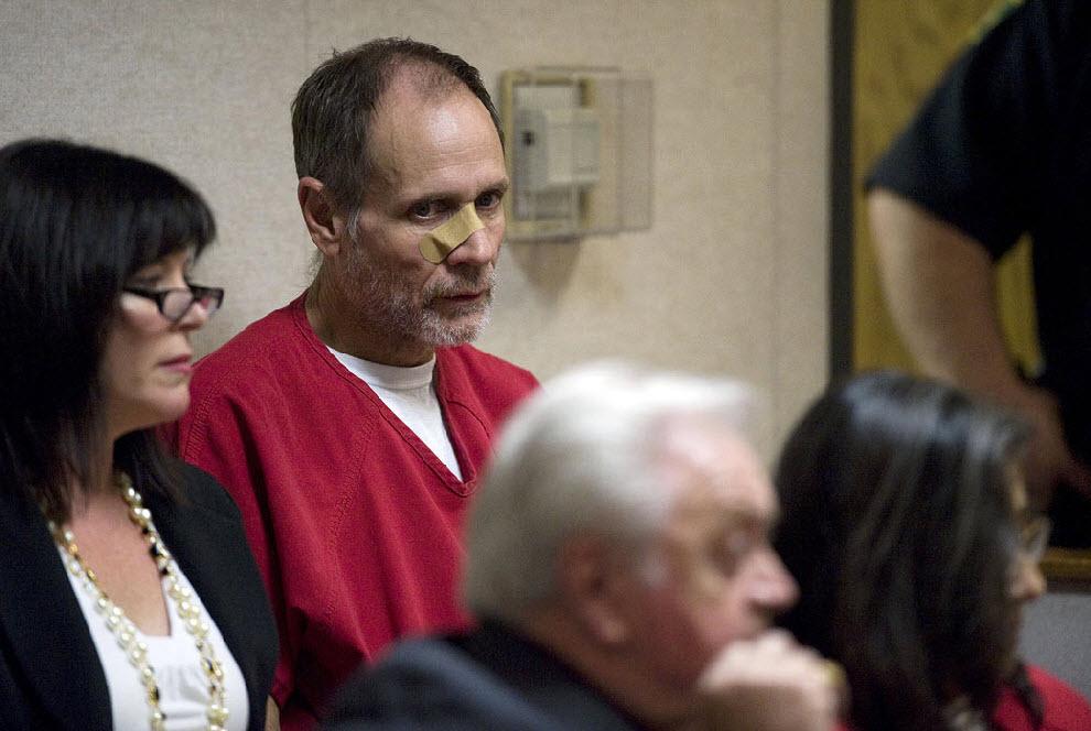 3. Насильнику Филиппу Гарридо вынесли приговор. В то время, когда была похищена Дугард, Филипп находился в условно-досрочном освобождении под честное слово. В этот раз судья установил для него залог в сумме 30 миллионов долларов. На этом снимке 58-летний Гарридо с пластырем на лице в здании Верховного суда Эль Дорадо в Плэйсервилле, штат Калифорния, 14 сентября. (Randy Pench, Sacramento Bee/MCT)
