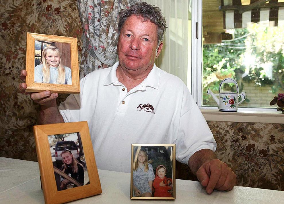 12. Отчим Дугард Карл Пробин держит фотографию девочки. 18 лет назад ее похитили у него на глазах. Пробин сообщил полиции, что видел, как к девочке подъехал автомобиль. Кто-то выскочил из машины и схватил ее. Долгие годы Пробин считался главным подозреваемым. «Все это привело наш брак с матерью Джейси к краху. Я прошел через настоящий ад». (Nick Ut, AP)