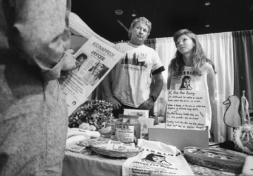 13. Пробин и его супруга Терри расстались после похищения девочки. Полиция сообщает, что Терри Пробин была потрясена, узнав, что ее дочь, похищенная много лет назад, была жива. На этом фото Пробины во время акции по сбору денег на поиски Джейси. (Kim Komenich, Time Life Pictures/Getty Images)