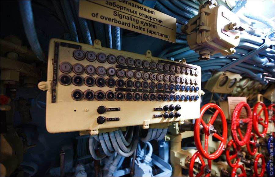 9) С помощью вентилей в правом нижнем углу производилось управление подачей воздуха в цистерны главного балласта, а по центру информационное табло.