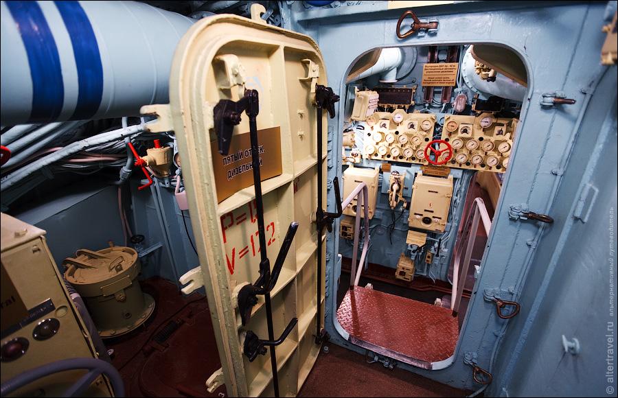 10) Следующий отсек — Дизельный. Видны приборы управления и контроля за двигателями.