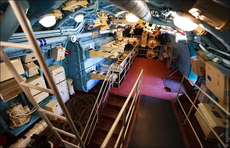 1) По аналогии с подводной лодкой в Москве, здесь тоже сделали две двери сбоку корпуса, а внутри выровняли пол и прорезали проходы между отсеками. Также провели освещение и наладили систему вентиляции.