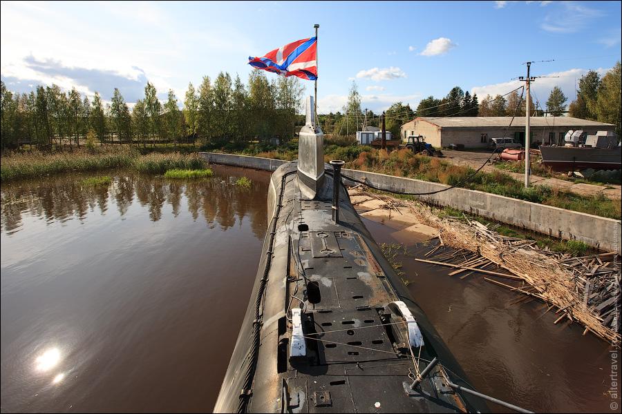 16) Окружающие лодку пейзажи не особо впечатляют, но туристы сюда часто приезжают. В основном из Петербурга.