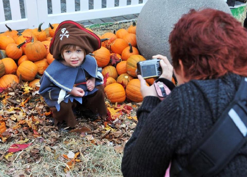14. Женщина фотографирует ребенка на ярмарке тыкв в Манхэттене 23 октября. (Henry S. Dziekan III, Getty Images)