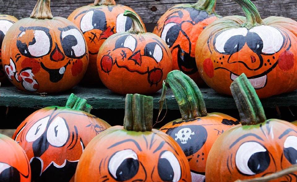 19. Красочные лица украшают тыквы на ферме Смолак в Северном Андовере, штат Массачусетс, 15 октября. (Charles Krupa, AP)